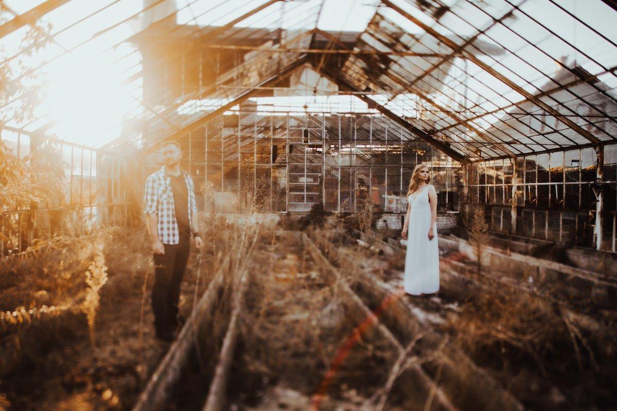 Romantyczna sesja boho w opuszczonej szklarni